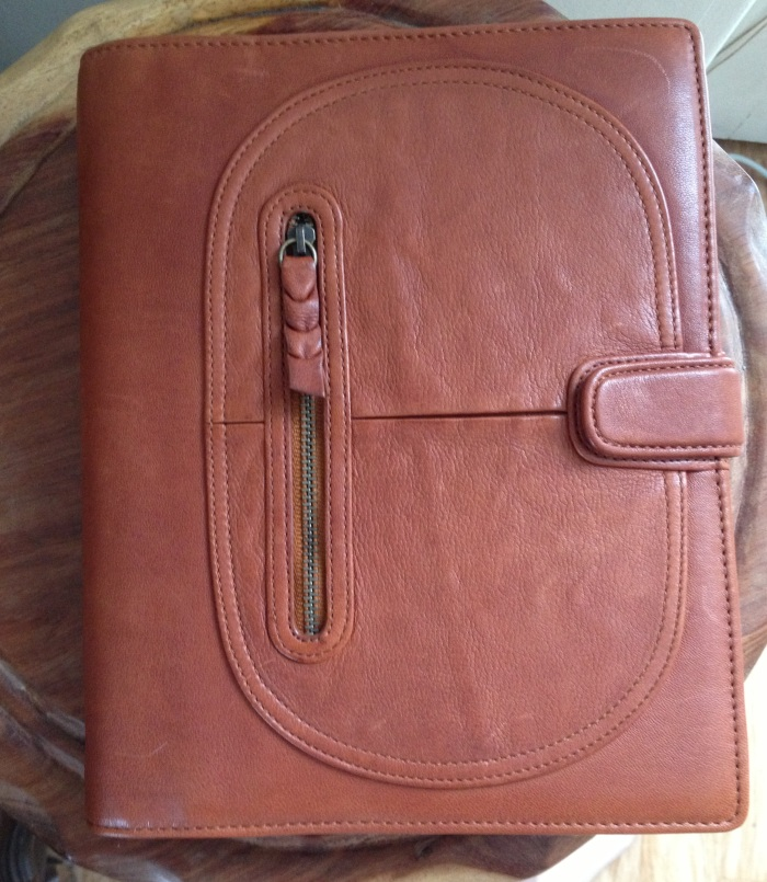 A5 Siena in Cinnamon. My usb stick goes in the front pocket together with receipts.