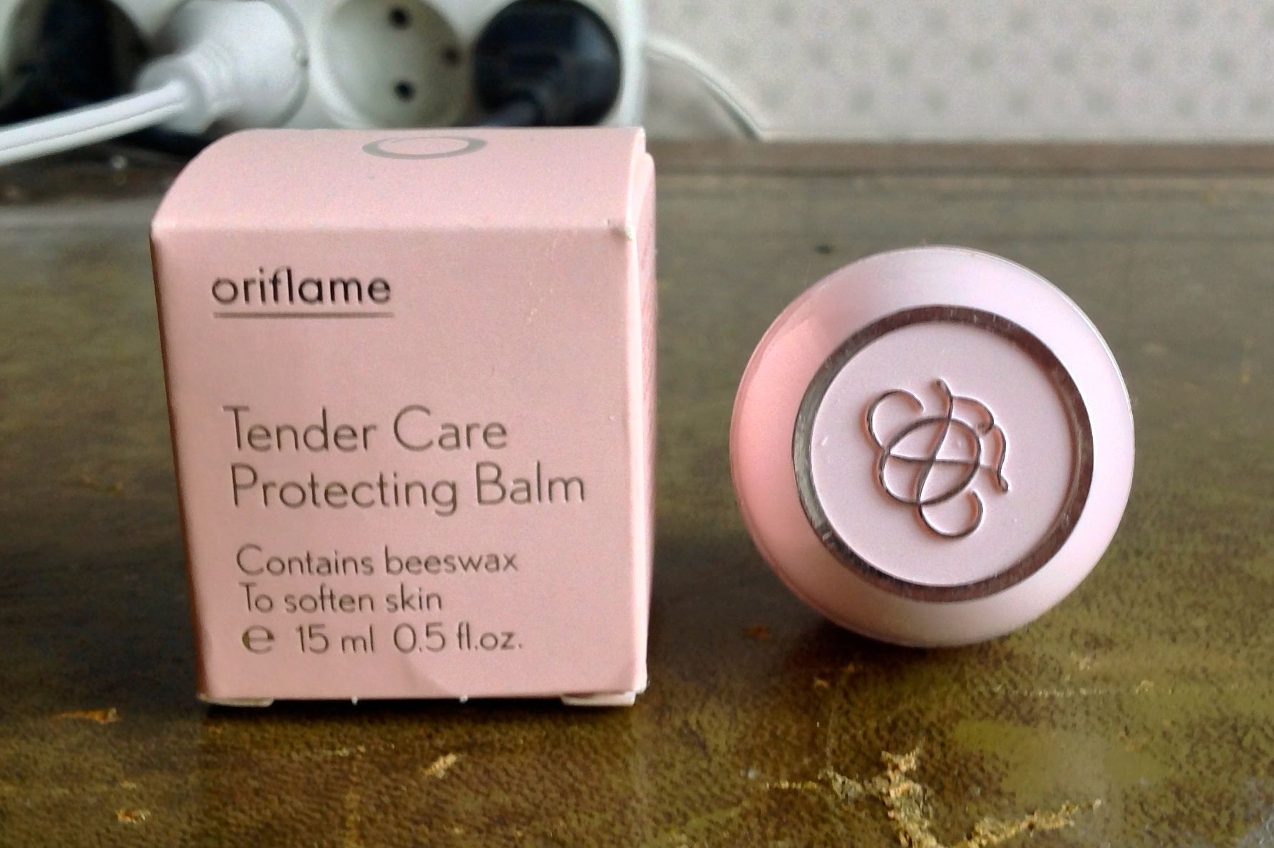https://res-2.cloudinary.com/prelo/image/upload/v1/master/products/5875938f7d886d4c32f6d3eb/oriflame-softcaress-protecting-hand-and-nail-cream-a1dca6dac512-v2l-1.jpg