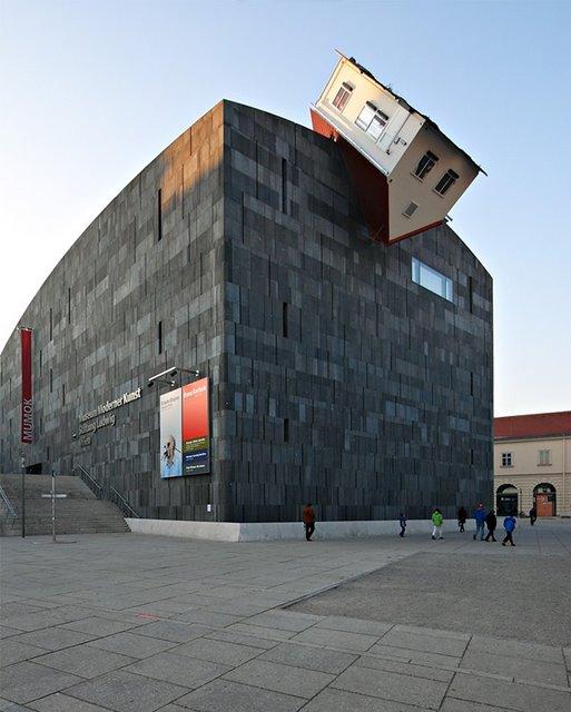 Erwin Wurm: House Attack (Viena, Austria)