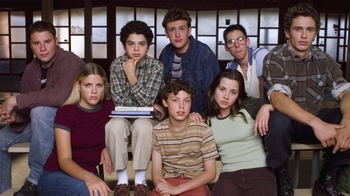 FREAKS AND GEEKS -- Season 1 -- Pictured: (front, l-r) Busy Philipps as Kim Kelly, John Francis Daley as Sam Weir, Linda Cardellini as Lindsay Weir, (back, l-r) Seth Rogen as Ken Miller, Samm Levine as Neal Schweiber, Jason Segel as Nick Andopolis, Martin Starr as Bill Haverchuck, James Franco as Daniel Desario -- Photo by: NBCU Photo Bank